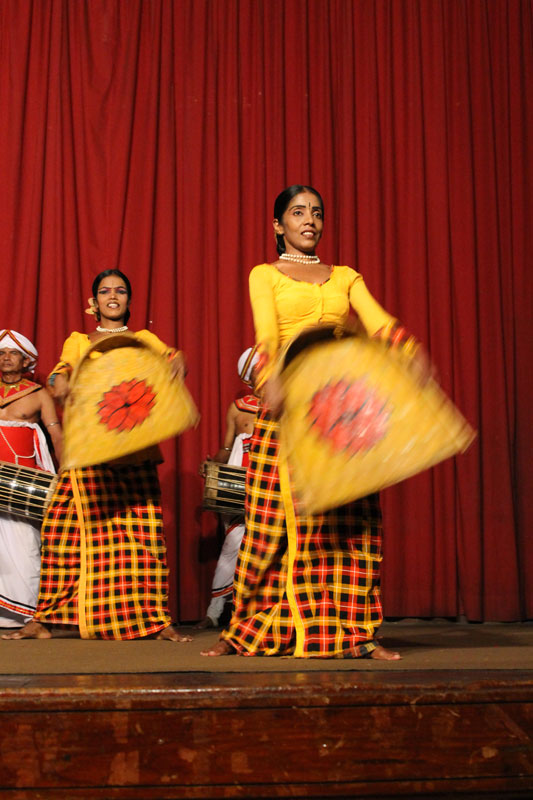 Kandy - Spectacle de danses traditionnelles - 08 Danse de la Récolte