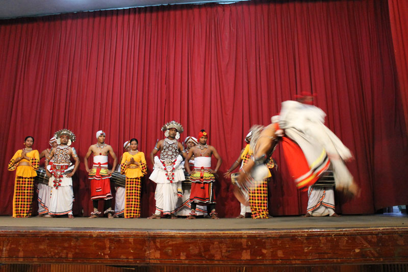 Kandy - Spectacle de danses traditionnelles - 10 Salutations finales