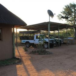 "Camp Motswiri - Le ""garage"" à voitures de safaris"